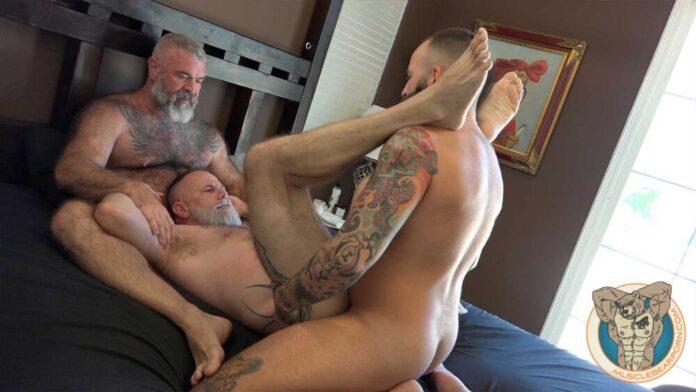 Muscle Bear Porn: Threesome with Zander Fierro 1
